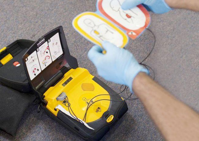 Wir haben den Defibrillator!